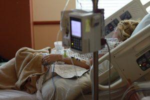 Kobieta na szpitalnym łóżku
