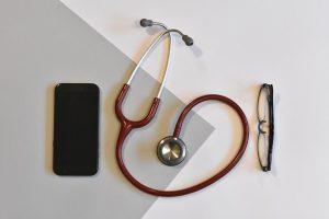 Telefon, okulary i przyrząd do badania